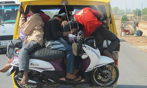 """Choáng với những \""""siêu xe\"""" chở khách của nước bạn Campuchia"""