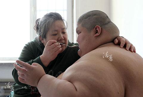 Rơi nước mắt - mẹ già và đứa con tự kỷ 250kg