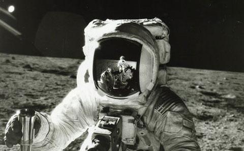"""Những bức ảnh \""""tự sướng\"""" đầu tiên trên vũ trụ"""