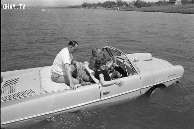 Tổng thống Lyndon B. Johnson lái chiếc xe có khả năng lội nước (năm 1965).