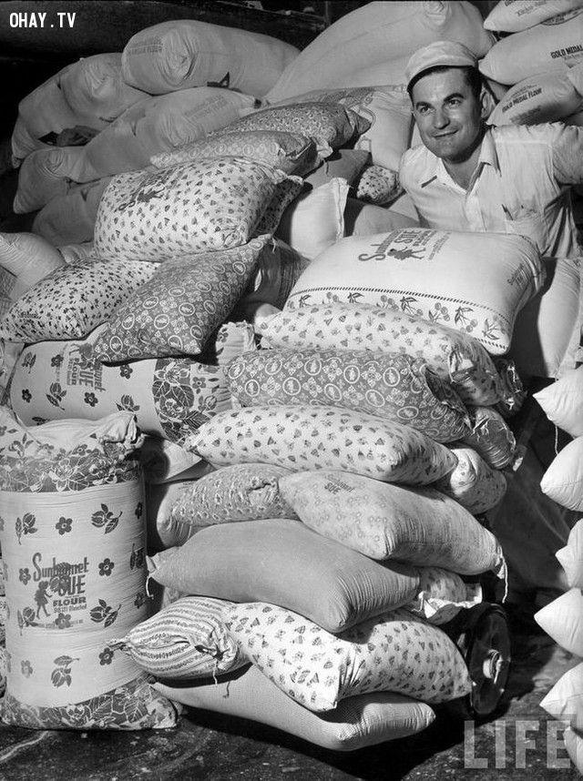 Vào lúc mà những người phụ nữ nghèo thường sử dụng các bao tải cũ để may quần áo cho con em họ, các nhà máy đã bắt đầu sử dụng các loại bao tải có in họa tiết hoa văn khá đẹp mắt (năm 1939).