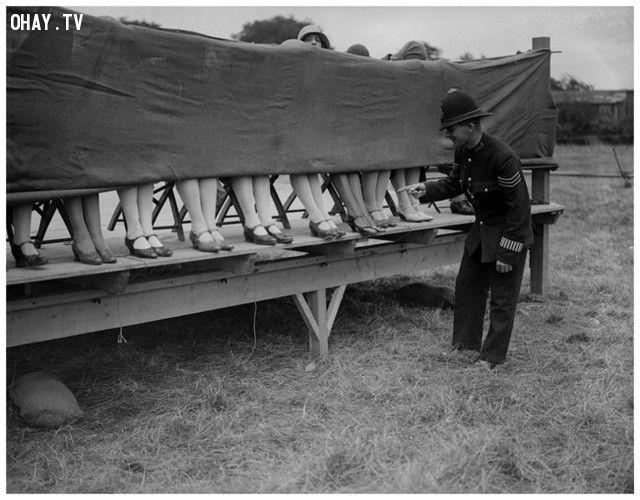 Một sĩ quan cảnh sát làm giám khảo của cuộc thi ai có mắt cá chân đẹp nhất (năm 1930).