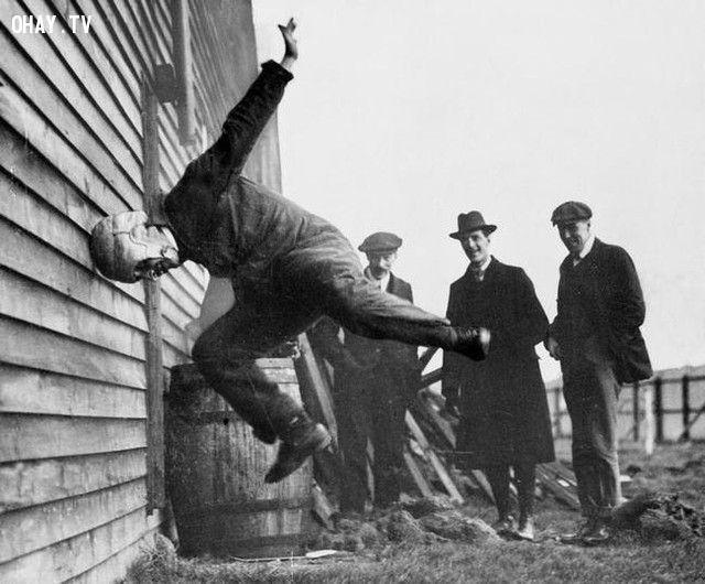 Một người đàn ông đang thử độ bền của nguyên mẫu của chiếc mũ báo hiểm trong bộ môn bóng bầu dục (năm 1956).
