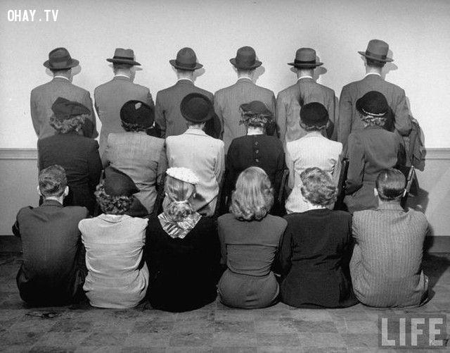 Ảnh chụp lưu niệm của các thám tử, họ quay lưng lại để không bị lộ danh tính (năm 1948).