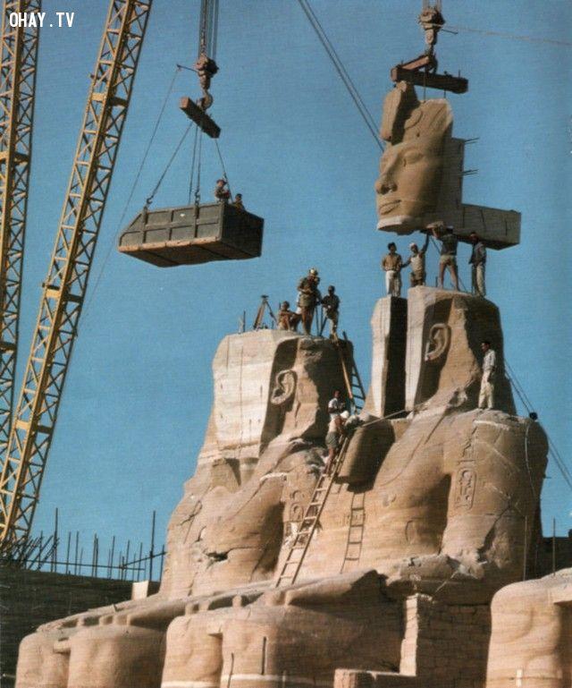 Bức tượng vua Ramses được tháo dỡ từng phần để di chuyển ra nơi khác (năm 1967).