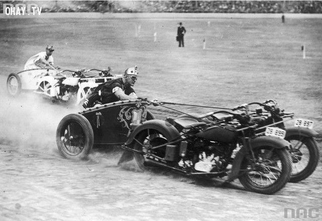 Cánh sát tại nước Úc biến những chiếc xe máy của mình thày cỗ xe kéo kiểu La Mã để tham gia vào một cuộc đua (năm 1936).