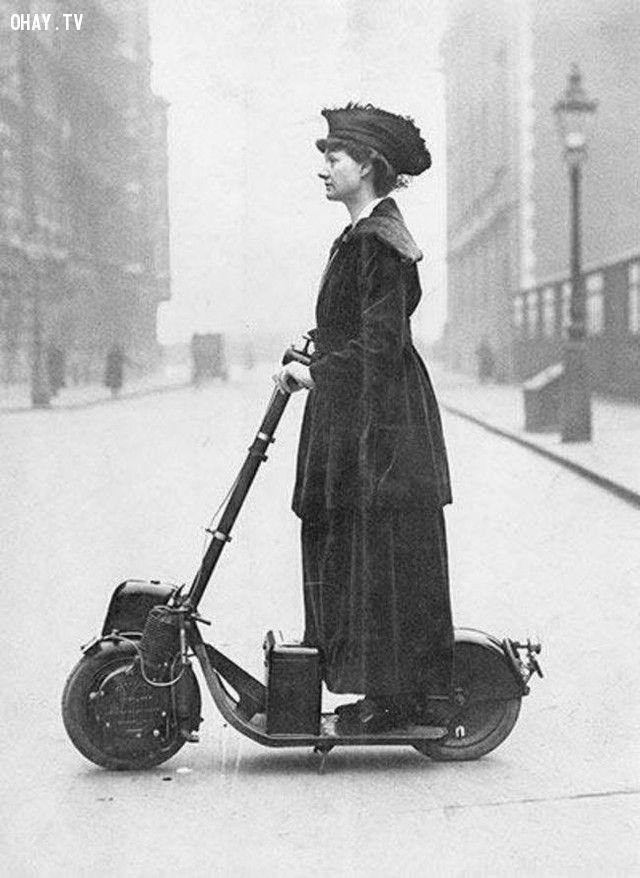 Một phụ nữ đang chạy thử chiếc scooter điện (năm 1916).
