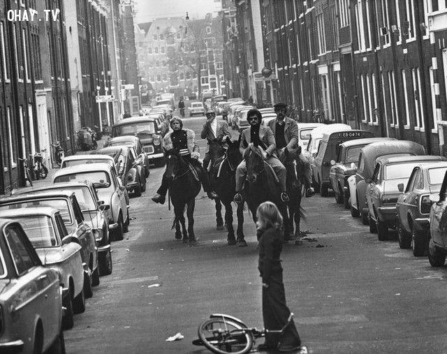 Những người đàn ông cưỡi ngựa trên đường phố Amsterdam, khi mà ô tô bị cấm lưu thông vì cuộc khủng hoảng dầu mỏ (năm 1973).