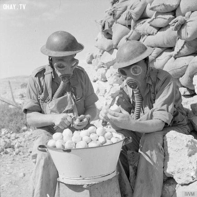 Những người lính sử dụng mặt nạ phòng độc để bóc hành tây (năm 1941).