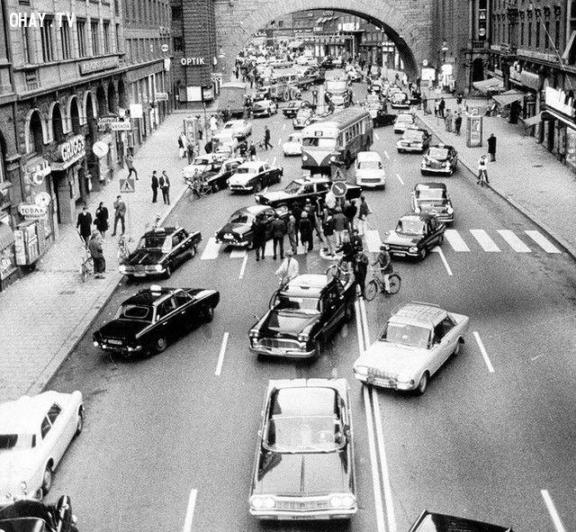 Ảnh chụp vào ngày người dân Thụy Điển bắt đầu chuyển làn xe từ trái sang phải (năm 1967).