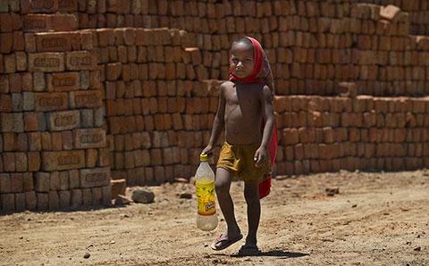 Chùm ảnh về cuộc sống người dân Ấn Độ trong đợt nóng kinh khủng nhất lịch sử