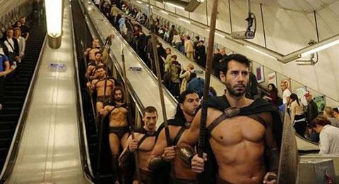 300 chàng trai Sparta làm náo loạn tàu điện ở London, Anh