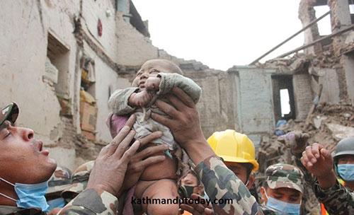Kỳ diệu bé trai 4 tháng tuổi còn sống sau 22h dưới đống đổ nát trận động đất ở Nepal