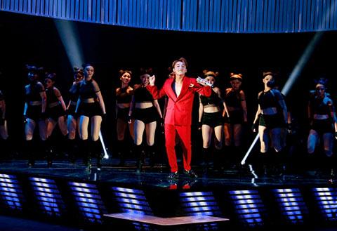 Sơn Tùng MTP khuấy động đêm hội chân dài 9 với liên khúc remix