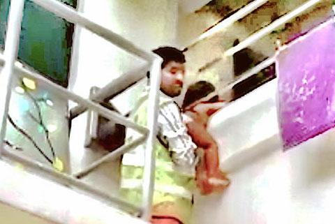 Người đàn ông này đã cứu em bé bị kẹt đầu ở ban công