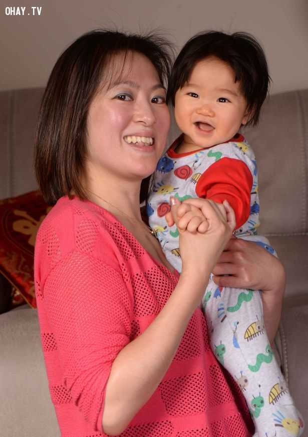 Holli Cheung bên cậu con trai 8 tháng tuổi, bé Jordan