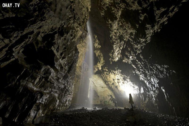 Khách thăm ngạc nhiên trước những cổng chính của hang Gaping Gill, các hang động ngầm lớn nhất ở Anh một cách tự nhiên, gần Ingleton, miền bắc nước Anh. Ở độ sâu gần 100 mét từ bề mặt, và với một khối lượng tương đương với gian giữa của York Minster, các chuyến đi vào hang Gaping Gill mở cửa hai lần một năm cho du khách tham quan.