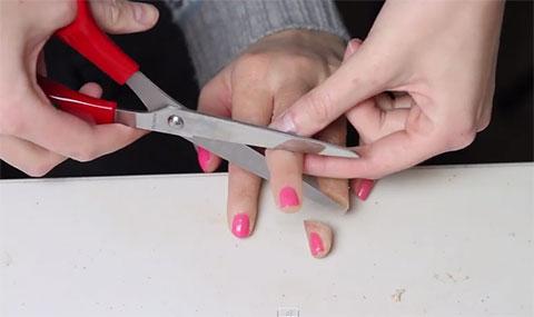 Đây là cách người ta làm một đoạn phim tự cắt ngón tay kinh dị