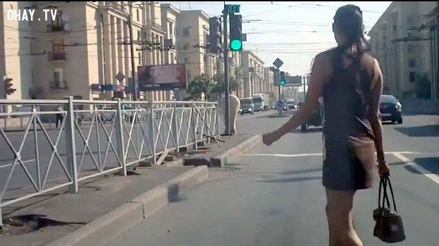 ảnh phụ nữ,phụ nữ qua đường,video giao thông,tai nạn giao thông,đi qua đường