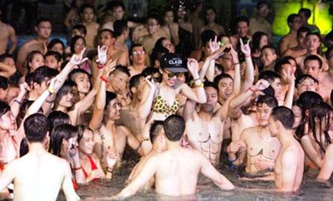 """Nam nữ """"mình trần"""" như nhộng tham gia tiệc bikini gây tranh cãi"""