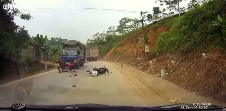 ảnh tai nạn giao thông,luật giao thông,tham gia giao thông,vượt xe tải