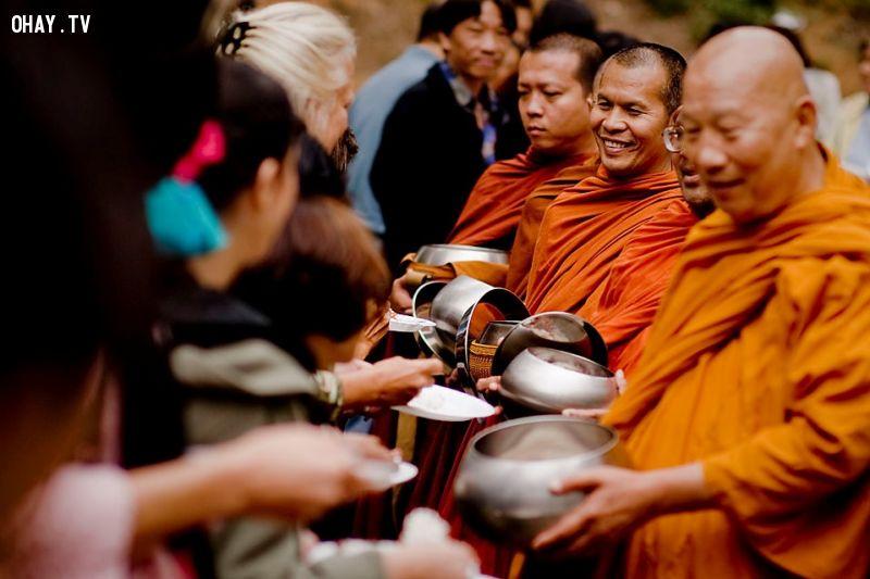 Đây là một trong những quốc gia tôn sùng đạo Phật nhất thế giới, với 95% dân số theo tôn giáo này. Nam giới thường có một quãng thời gian sống trong chùa, dù không nhiều người trở thành sư.