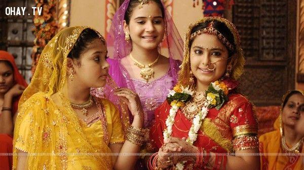 Cô bé Anadin xinh đẹp (bên phải ngoài cùng) với các diễn viên nhí khác