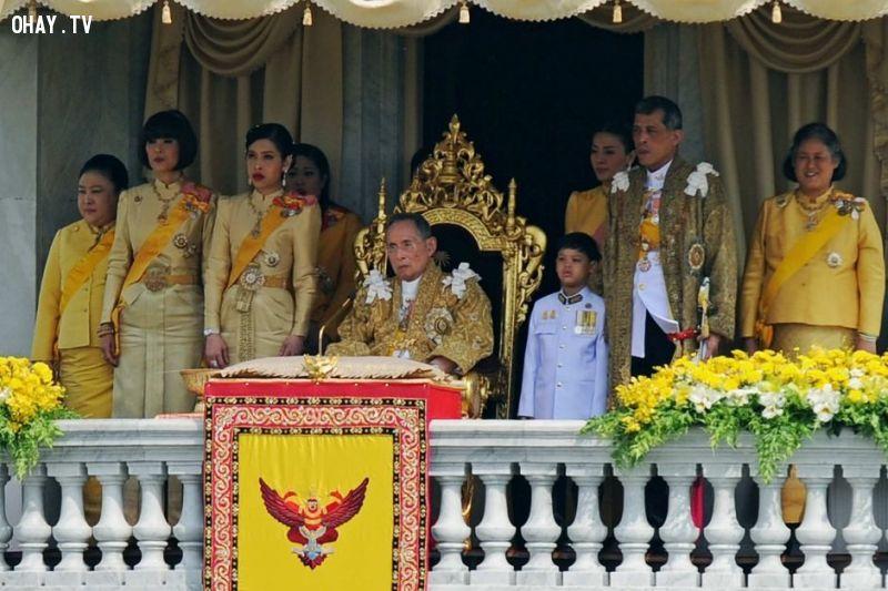 Thái Lan theo chế độ quân chủ lập hiến, hầu hết người Thái đều tôn sùng vua và hoàng hậu. Nhiều gia đình treo ảnh đức vua ở nhà và việc nói xấu hoàng gia có thể khiến bạn phải vào tù. Trước đây, không ai được chạm vào hoàng gia. Thậm chí, vào thế kỷ 19, một hoàng hậu đã chết đuối khi thuyền bị lật và không ai dám xuống cứu bà do luật lệ nghiêm khắc này. Ảnh: Abc.