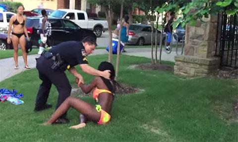 Cảnh sát Mỹ phá banh bữa tiệc nước, đập đầu cô gái xuống đất, ngồi lên người và lấy súng dí vào đầu