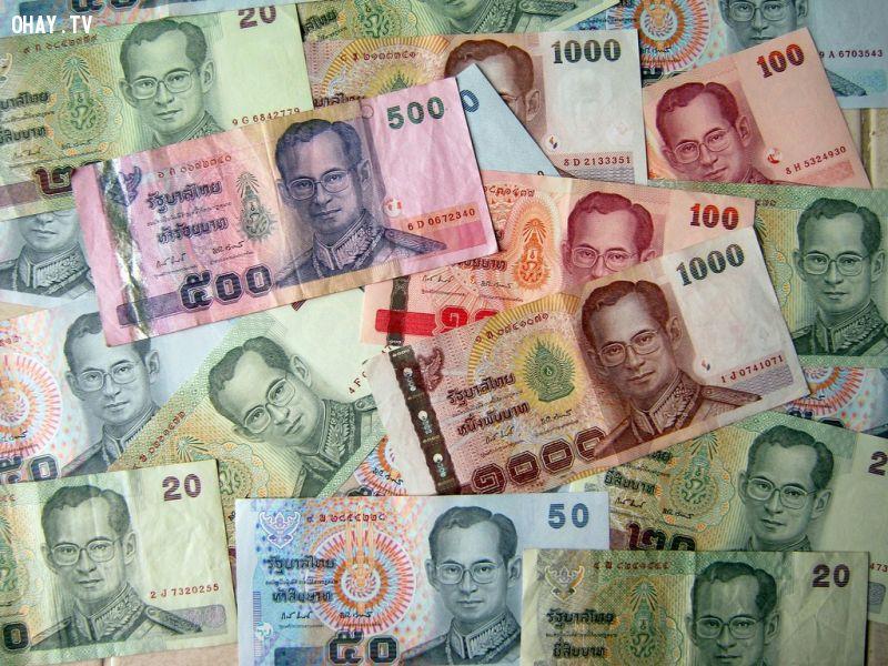 Bạn có thể sẽ bị bắt nếu dẫm lên tiền baht. Ảnh:  Flickr.
