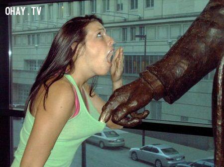 ảnh tự sướng với tượng,chụp ảnh cùng bức tượng,ảnh hài hước,ảnh hài,ảnh vui