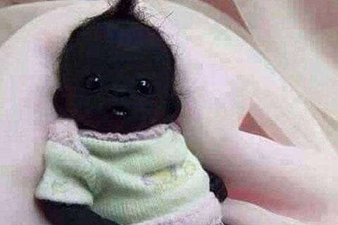 """Cả thế giới xôn xao vì em bé \""""đen như than\"""""""