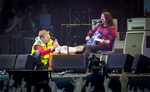 Rocker Dave Grohl gãy chân trên sân khấu nhưng vẫn tiếp tục biểu diễn