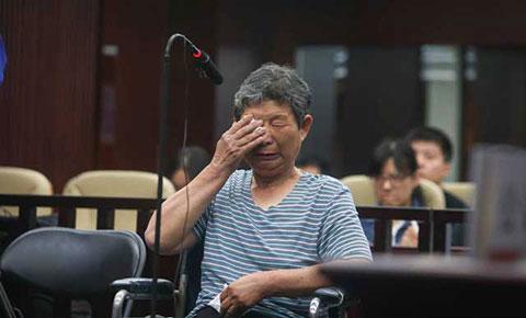 Bất lực trước cuộc sống, bà bóp cổ chồng chết sau 15 năm chăm sóc