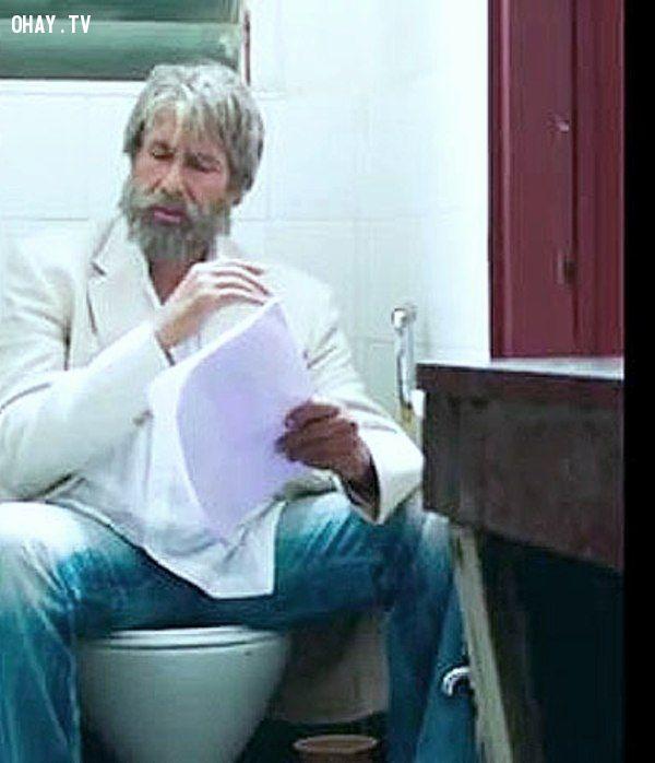 ảnh dùng điện thoại trong nhà vệ sinh,sử dụng điện thoại trong toilet,sử dụng điện thoại,nhà vệ sinh