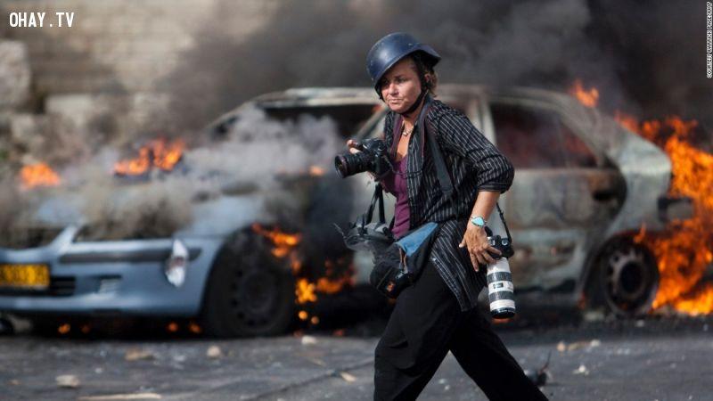 Phóng viên ảnh Hedi Levine tác nghiệp tại thành phố Jerusalem ở Israel.