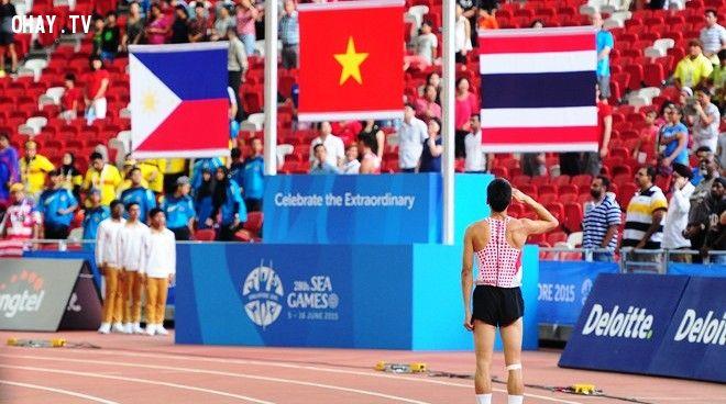 Khán giả trên sân đồng loạt đứng lên khi thấy Thủy chào cờ