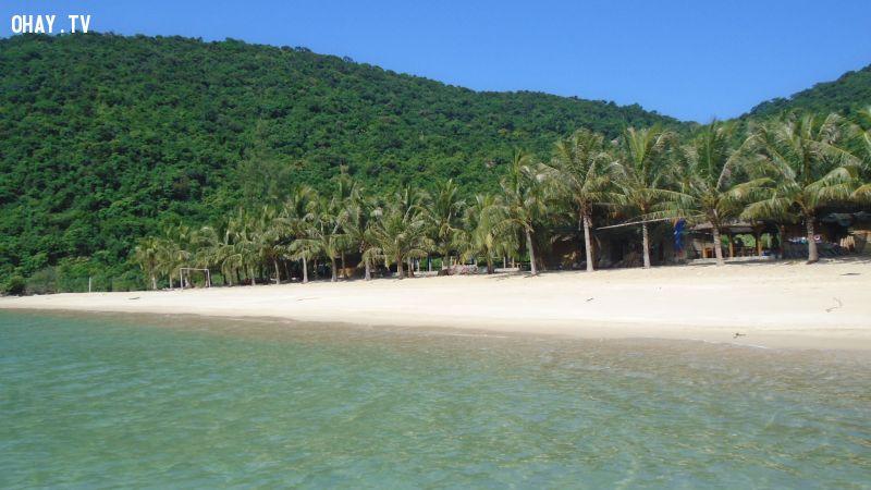 Cù Lao Chàm với bãi biển xanh, cát trắng trải dài chính là điểm đến lý tưởng tại Quảng Nam