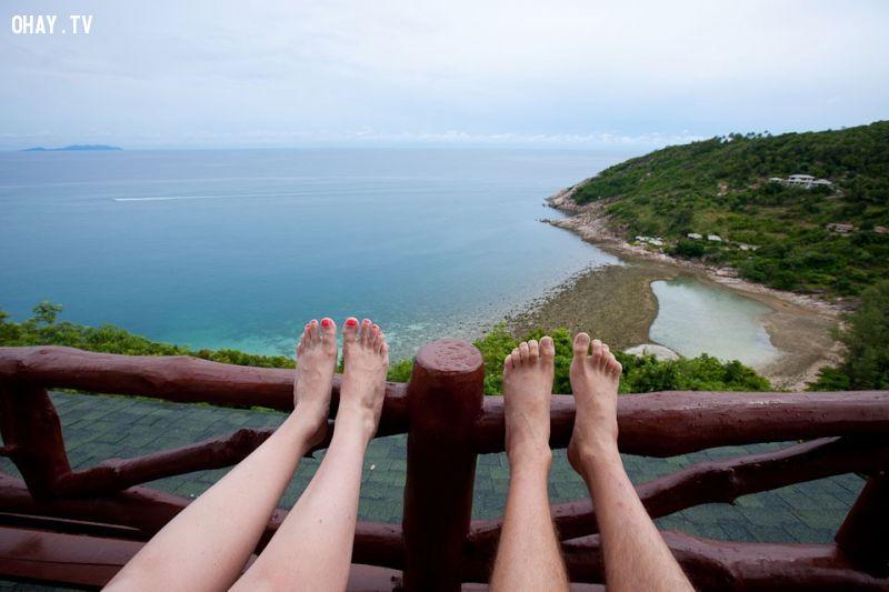 Người Thái coi chân là bộ phận bẩn và thấp kém nhất, do đó một người không nên chĩa chân về phía người khác hay vào đền chùa. Hãy thận trọng khi ngồi vắt chân, bạn có thế sẽ vô tình hướng bàn chân về phía ai đó. Ảnh: Toemail.