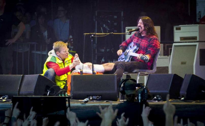 Rocker tiếp tục biểu diễn sau khi bị gãy chân