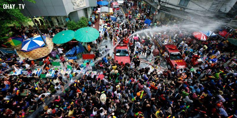 Songkran là một trong những lễ hội té nước lớn nhất thế giới, diễn ra vào tháng 4 - tháng nóng nhất ở Thái Lan. Đây cũng là thời điểm lau dọn nhà cửa để đón chào Tết của người Thái.  Ảnh: Result2015.