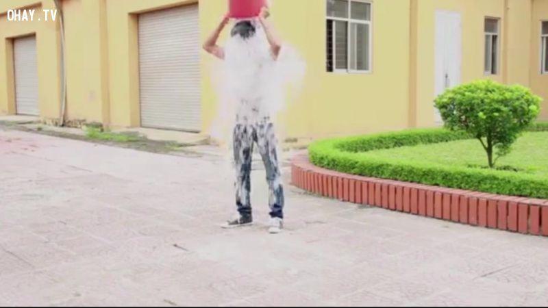 Lệ rơi đổ xô nước đá thách thức ca sĩ Châu Khải Phong
