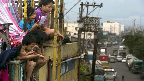 những đứa trẻ trầm tư khi nhìn xuống đường phố Manila