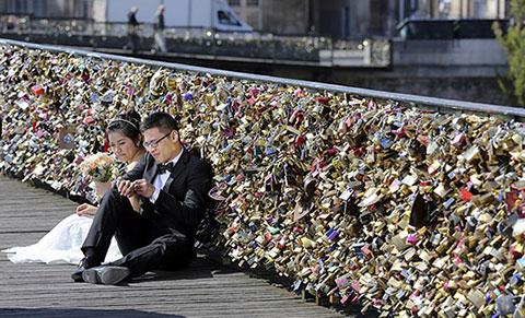 """Paris """"xóa sổ"""" khóa tình yêu trên cây cầu lãng mạn nhất hành tinh"""