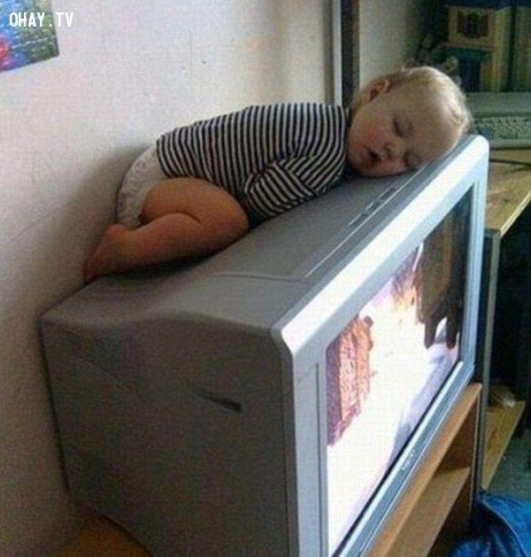 ảnh em bé ngủ hài hước,em bé ngủ,tư thế ngủ hài hước,ảnh hài hước
