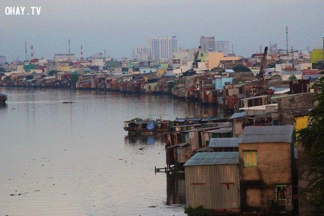 những  khu ổ chuột dọc bên bờ sông Sài Gòn