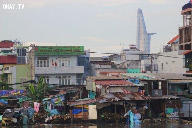và cách không xa đó là tòa nhà cao nhất thành phố