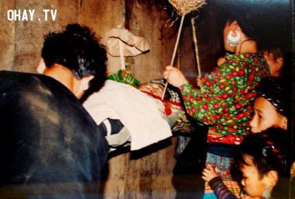 Cảnh treo xác trong nhà của người Mông.