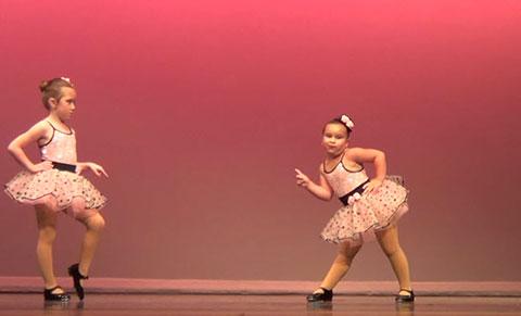 Vũ công nhí nhảy rất dễ thương gây sốt cộng đồng mạng