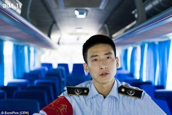 Zhao bắt đầu làm phụ xe buýt cho một công ty vận tải công cộng sau khi tốt nghiệp 2 năm trước. Hiện anh vẫn độc thân và đang tìm kiếm bạn gái.